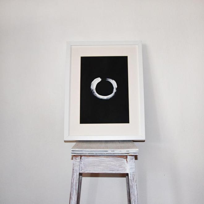 Enso in Weiß auf schwarzem Hintergrund   Mit weißem Rahmen