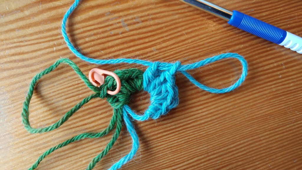 How to crochet a 2-color spiral: first round