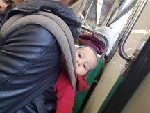 Mit Babytrage in der Metro