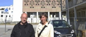"""Der Kirchturm der """"Heiligen Familie"""" ist stehen geblieben: Kathy Ziegler und Harald Weiß möchten auf dem Gelände des ehemaligen Kinderheims in Sülz weitere Erinnerungsorte schaffen. (Foto: Meisenberg)"""