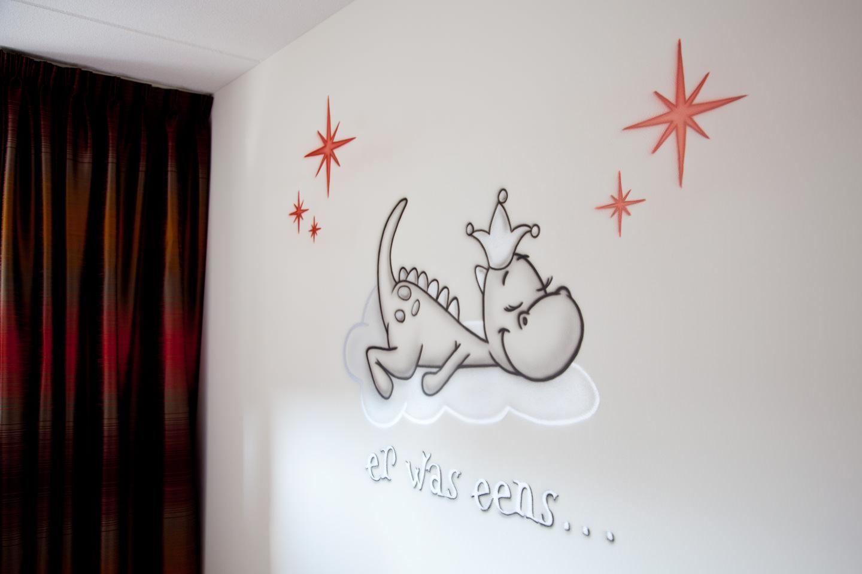 Muurschildering van Draakje Dirk in de babykamer