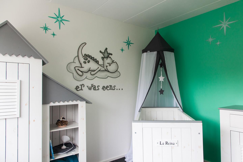 Baby kamer schildering van Draakje dirk, er was eens