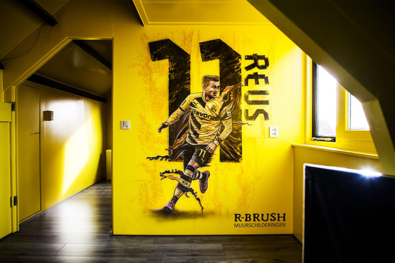 Voetbalclub muurschildering! Marco Reus van Borussia Dortmund in een jongenskamer.