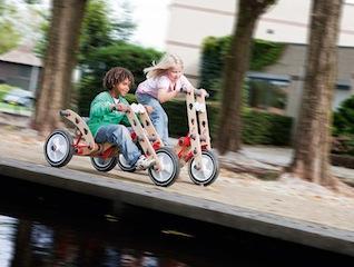 Los geht´s mit dem Outdoor Spielzeug MOOV von BERG Toys. Die Kinder können ihre eigenen Ideen damit basteln und alles ohne Werkzeug. So rasant kann Holzspielzeug sein. Foto: (c) BERG Toys