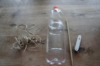 Daraus entsteht ein Vogelhaus: Was ihr hier seht ist unsere Materialliste für die heutige Bastelei. Foto. (c) Kinderoutdoor.de