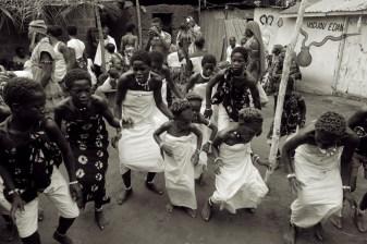 dansende kinderen voor het convent van de god Dan