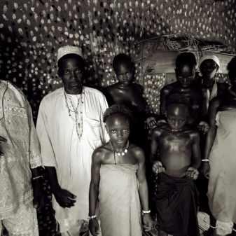 kinderen en priesters in een convent in Lalo