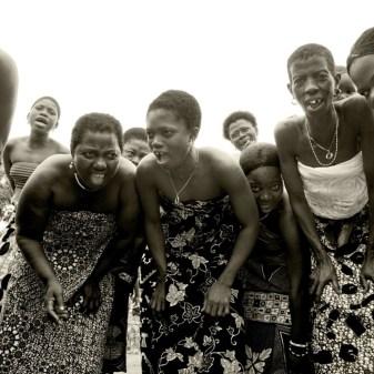 zingende vrouwen roepen de god Sakpata aan