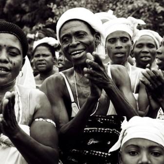 zingende vrouwen tijdens een welkomstceremonie