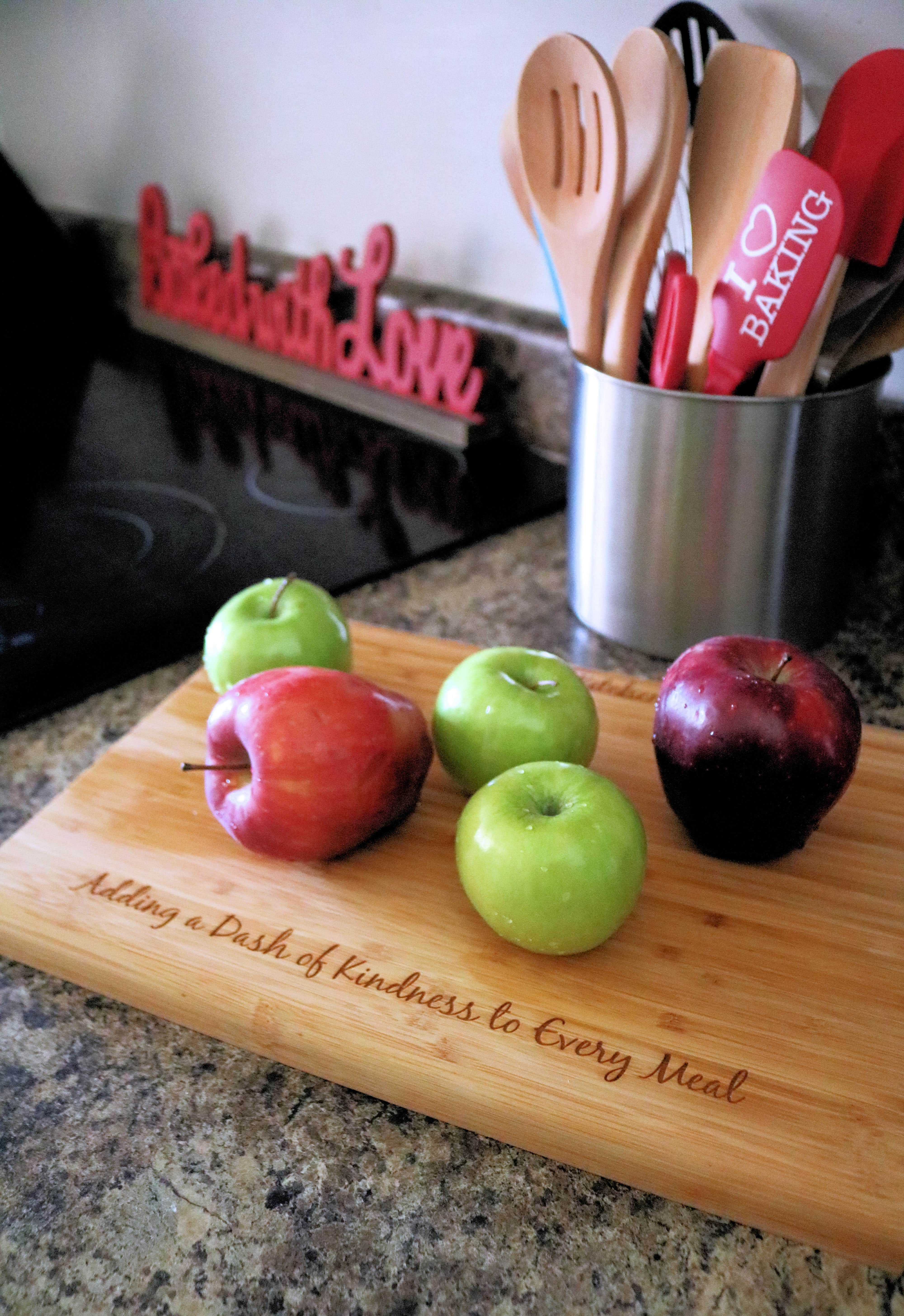 Looking for the best apple pie recipe? Featuring sweet and tart apples and a delicious peanut butter and oats crumble topping this Peanut Butter Apple Crumb Pie is the best apple crumb pie you'll ever eat!#applepie #applepierecipe