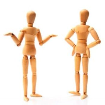 """L'utilizzo dell'ascolto attivopresuppone un elevato grado di attenzione e partecipazione comunicativa: non è sufficiente superare il mero ascolto, inteso come semplice ricezione di informazioni (ascolto passivo), o la tendenza a limitare l'interesse ai """"costrutti sintattici"""" che coincidono con l'idea dell'ascoltatore/spettatore (ascolto predittivo o ascolto selettivo), attitudine che tende ad anticipare quello che l'astante vuole esprimere o a indurre a formulare """"pre-giudizi""""; l'elemento fondamentale dell'ascolto attivoè la ricerca sia della verifica del senso, del significato e della sostanza di ciò che l'interlocutore (o il suo corpo) vuole comunicare, sia del contenuto emozionale di quanto manifestato, esplicitamente o in forma sottintesa."""