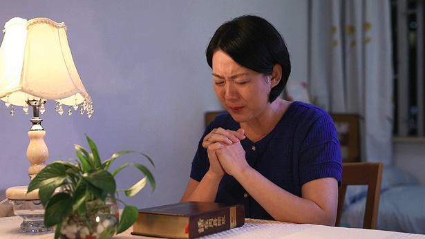 姊妹流泪祷告