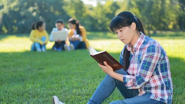 一个姊妹坐在草坪上看神话