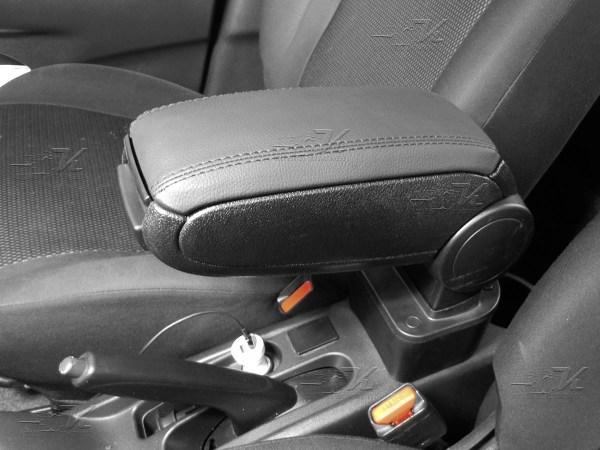 Consola descansabrazos con kit de instalacion para Nissan Versa 2012 a 2018, mejora la apariencia interior del vehiculo.