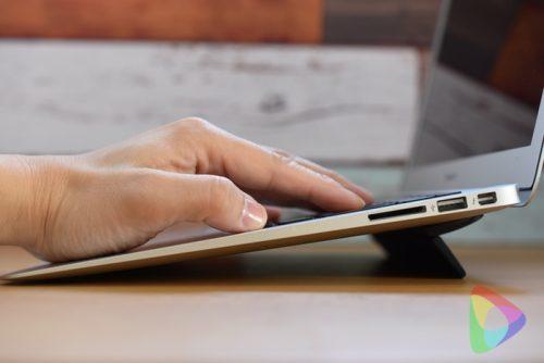 Bluelounge MacBook用フリップスタンド Kickflip