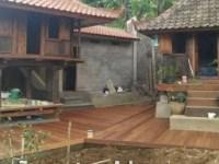 pemasangan lantai kayu di villa bali