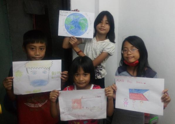 Kinder aus der Nachbarschaft mit ihren Bildern