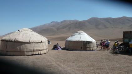 Nous sommes à 2 600 m d'altitude. Nous allons rester 1 jour 1/2 avec nos hôtes nomades