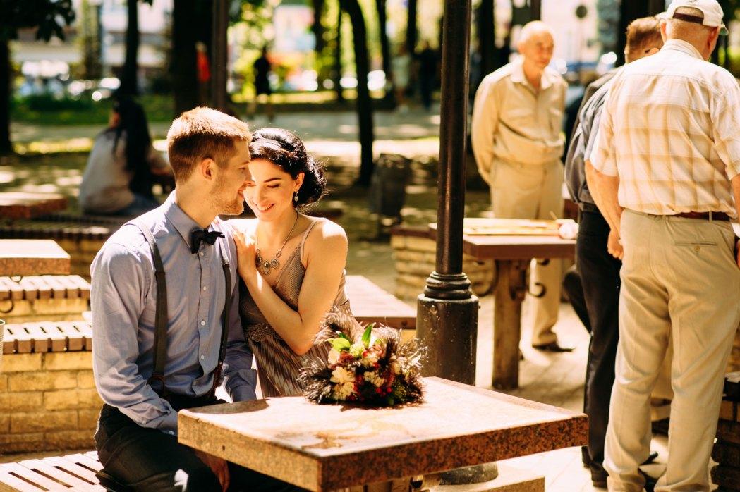 Жених, невеста и шахматисты возле Красного корпуса
