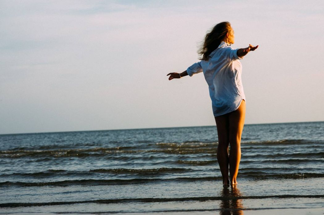 Девушка в морской воде во время морской фотосессии