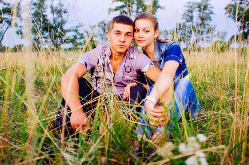 Парень и девушка сидят в степи