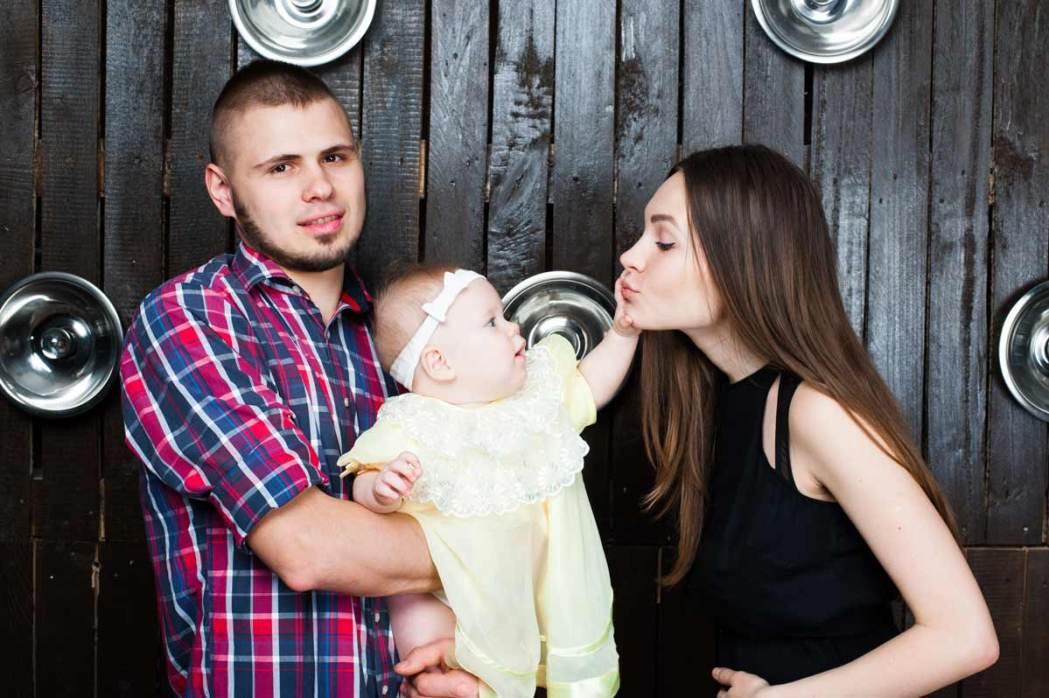 Семейная фотосессия на деревянном фоне
