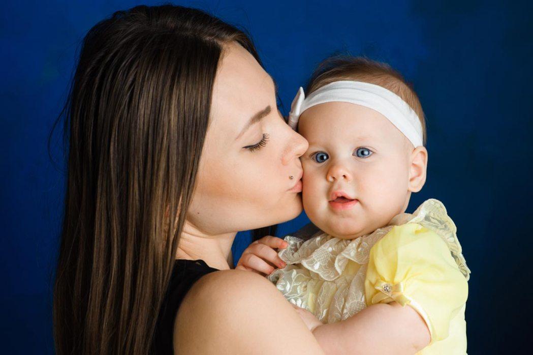 Мама и дочь на семейной фотосессии