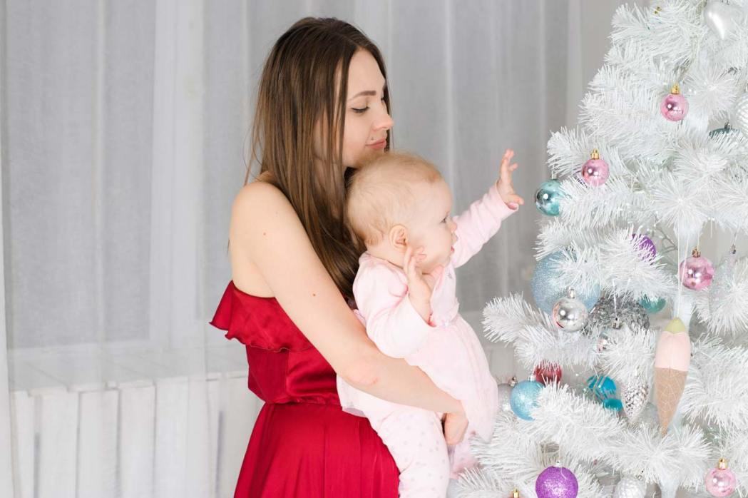 Мама и ребенок возле елки