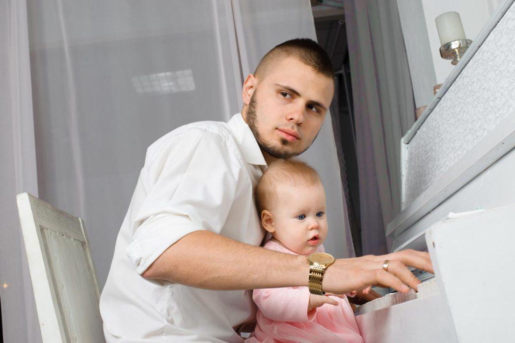 Отец и ребенок за пианино