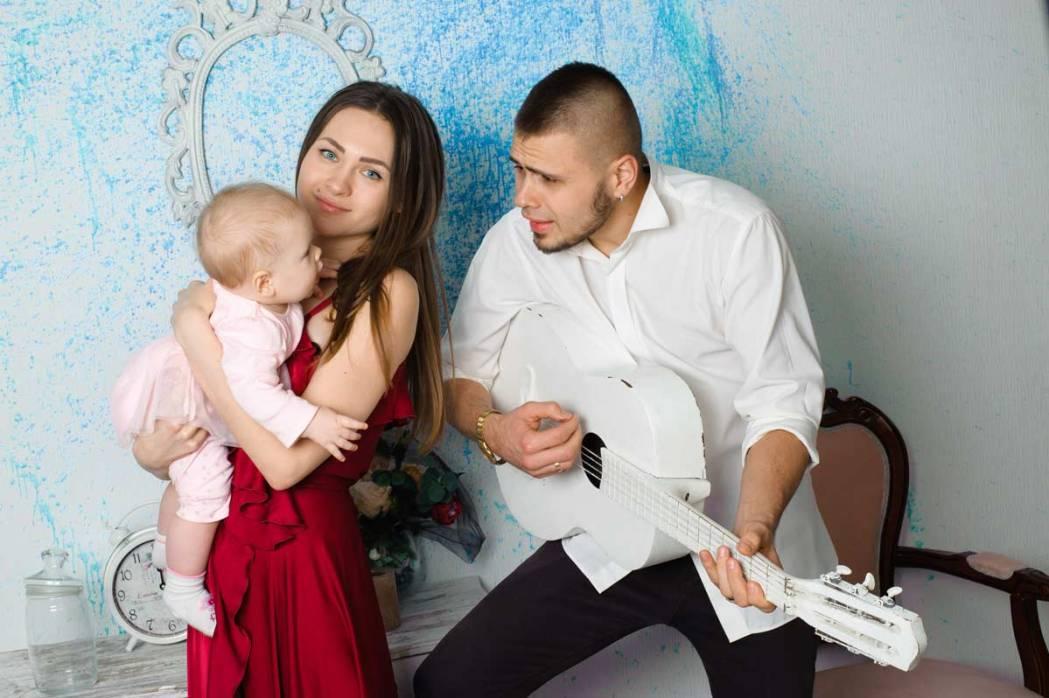 Отец, мама, ребенок и гитара