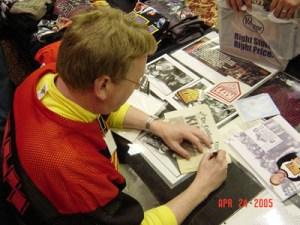 Många vill ha en autograf av denna man som startade Kiss Army.