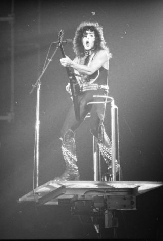 Kiss at Cow Palace, '77(13)