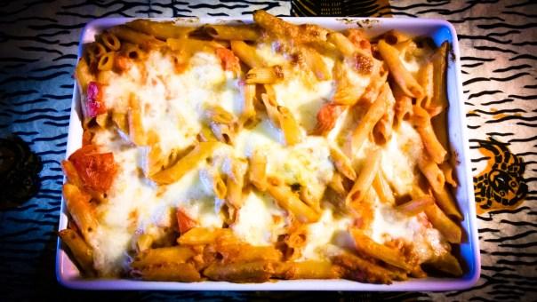 Überbackene Nudeln mit Mozzarella und Basilikum