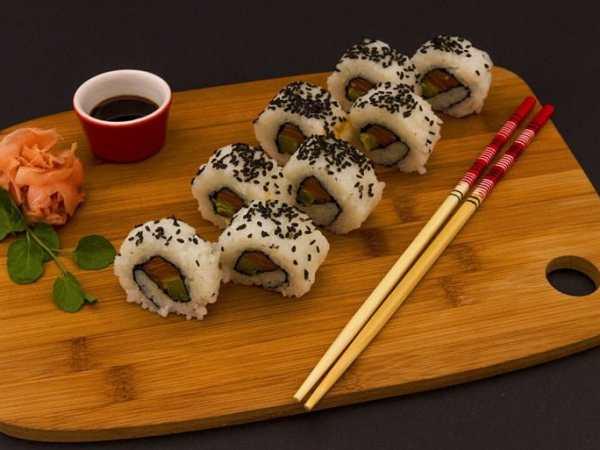 Mit kürzeren Stäbchen ist das Essen einfacherer. Wenn du schon Übung hast, kannst du dir auch längere Stäbchen mit Längen über 25 Zentimeter besorgen. (Foto: noiresure / pixabay.com)