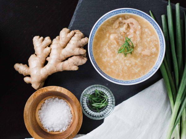 Eine Passiermühle kann bei der Zubereitung von süßen und salzigen Speisen ein praktischer Helfer sein und ist vielseitig einsetzbar. (Foto: Tim Chow/ unsplash.com)