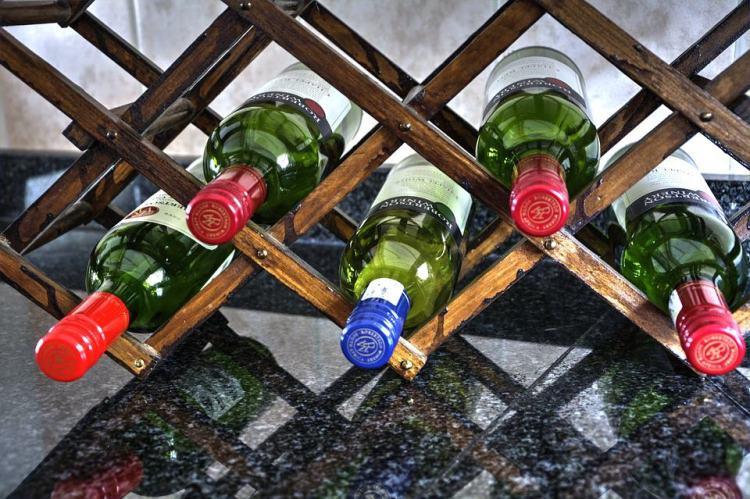 Weinregale aus Holz sind teurer