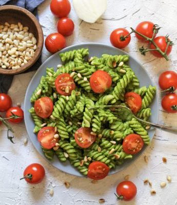 Cremige Avocadopasta mit Tomaten und gerösteten Pinienkernen