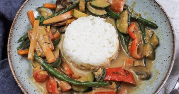 Asia-Gemüse in Erdnuss-Kokos-Soße mit Reis