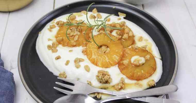 Griechischer Joghurt mit gebratener Ananas, Honig und Granola