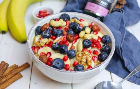 Blaubeer Porridge mit Nüssen