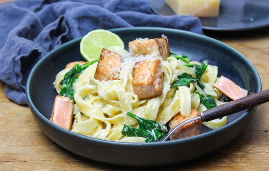 Tagliatelle with fried salmon in cream cheese and lime sauce