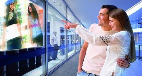МТС перетворює вітрини своїх магазинів в тач-скріни