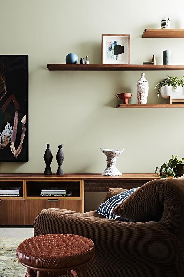 Green Living Room Inspiration| Today we're talking inspiration for a green living room. Green is a really versatile colour to decorate your home with. But, which colours and tones work well? What kind of accessories work with green? This post gives you ideas for pulling together an elegant green colour palette and pieces for your home. Read more: kittyandb.com #greenlivingroom #greencolorpalette #interiordecoratinginspiration #greenaesthetic #wood