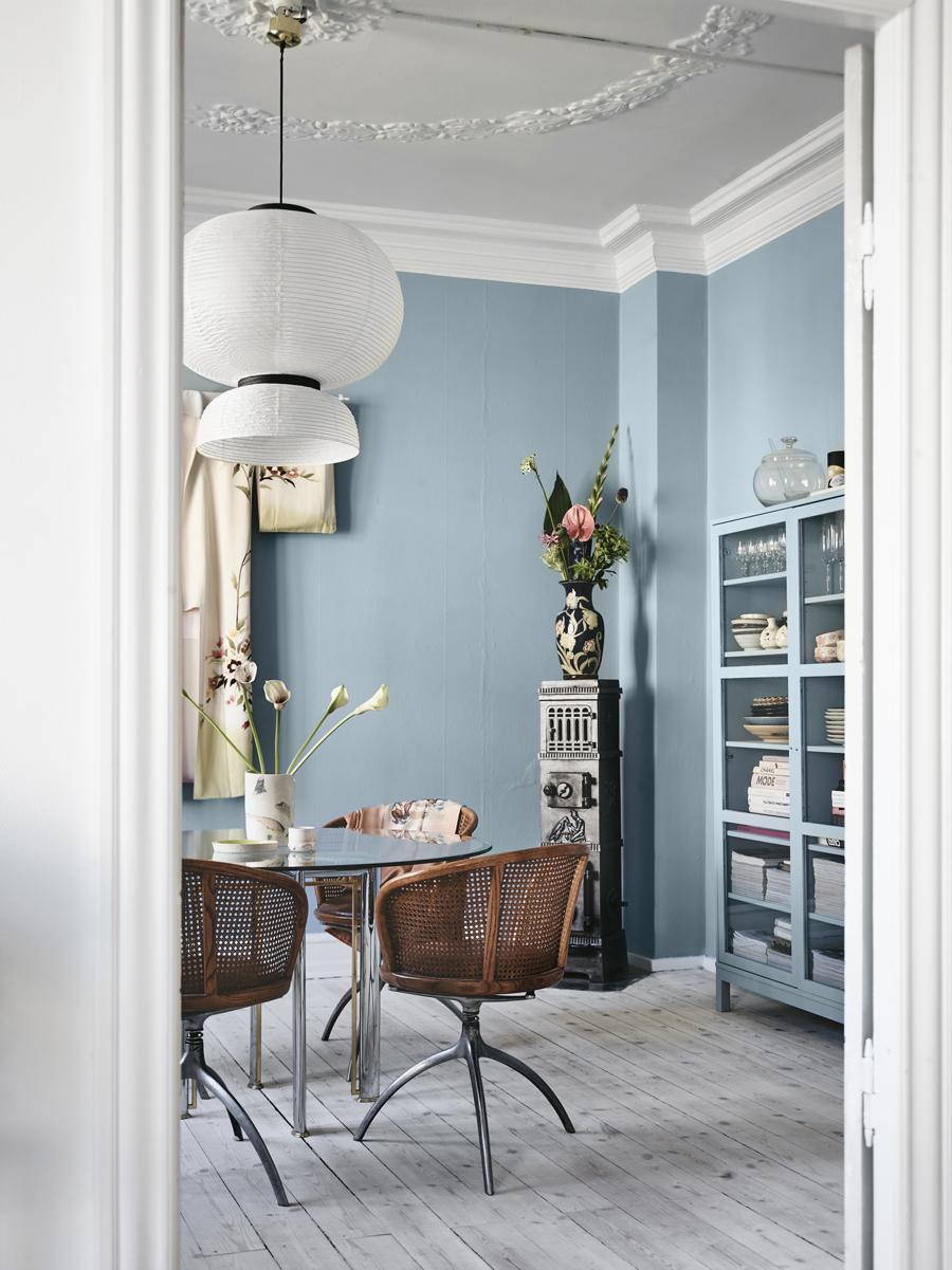Light Blue and White Dining Room Decor Inspiration| Blue is a really versatile colour to decorate your home with. But, which colours and tones work well? What kind of accessories work with blue? This post gives you ideas for pulling together an elegant blue colour palette and pieces for your home. Read more: kittyandb.com #blueroom #livingroom #BlueAndWhite #colourfulhomedecor #bluecolorpalette #blueaesthetic