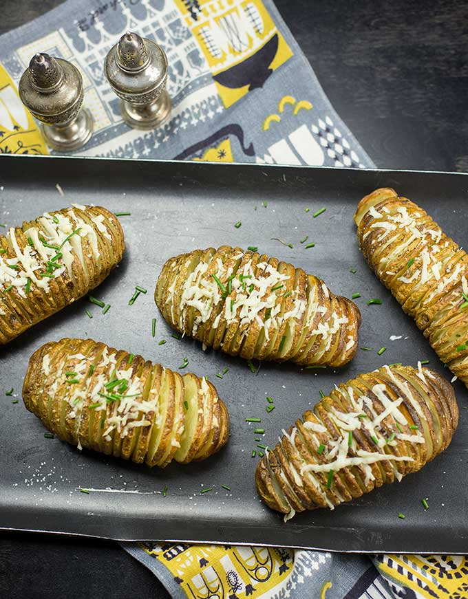Cheesy Hasselback Potatoes is a great recipe for impressing guests with a basic but delicious staple: russet potatoes! Cheesy, crispy and fun to eat!