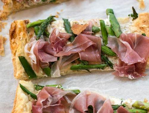 Prosciutto and Asparagus Tarts: Flaky puff pastry topped with soft cheese, asparagus and Italian dry-cured ham is a quick, easy and delicious appetizer!
