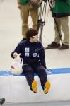 サインボールを投げる前の小平奈緒選手
