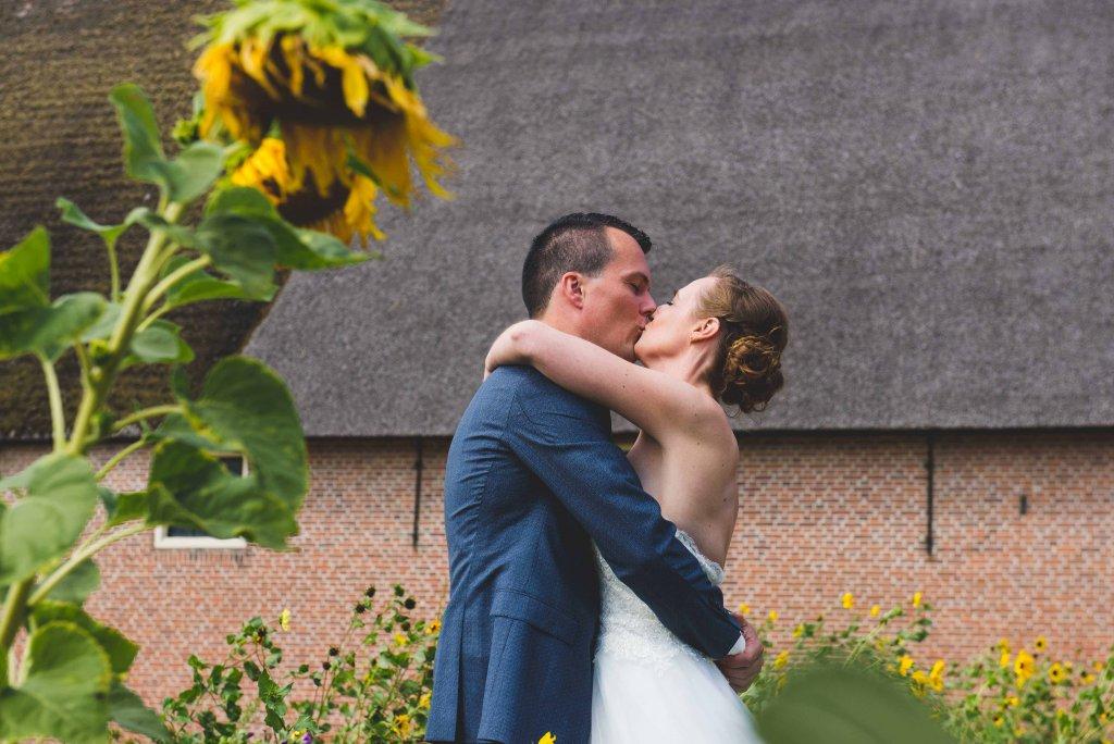 bruidsfoto zonnebloemen
