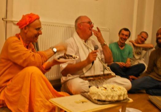 kks-amsterdam-friday-birthdaycake-feeding-bhakti
