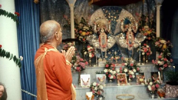 Srila-Prabupada-Praying-to-Radha-Krishna-Deities